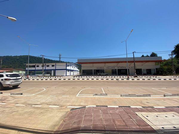 ขายที่ดินพร้อมสิ่งปลูกสร้าง บนเกาะลันตาใหญ่ จ.กระบี่ ติดถนน8 เลน มีตึกอาคาร 2 อาคาร